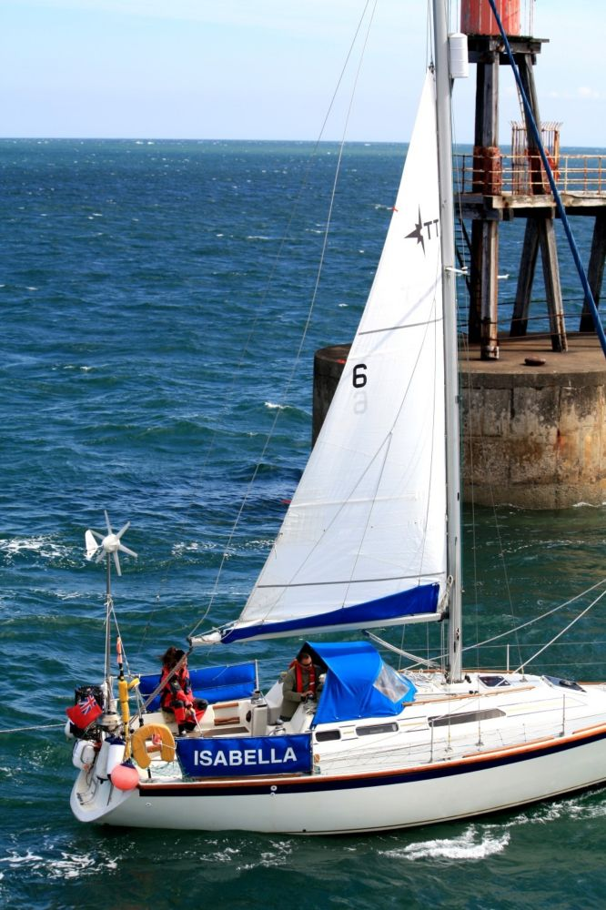 Yacht enters Whitby harbour